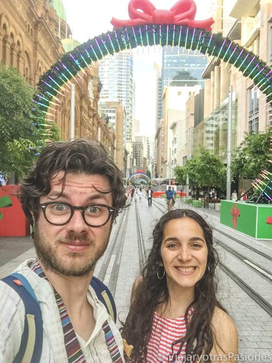 Pareja en la famosa calle de George Street en Sydney por Navidad, Australia