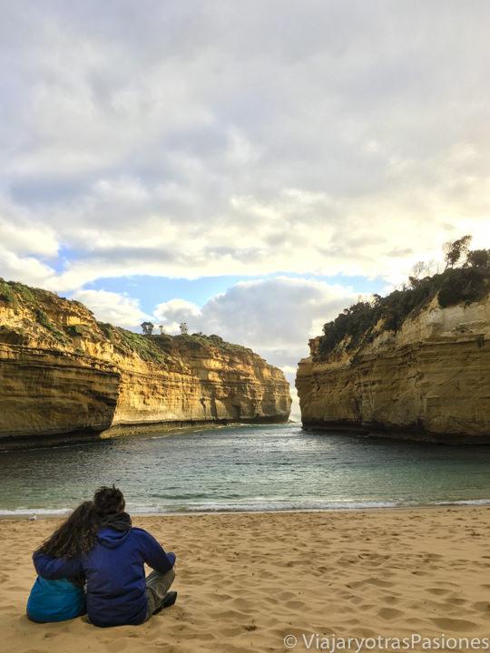 Pareja en la espectacular playa de Loch Ard Gorge, en recorrer la Great Ocean Road, en Australia