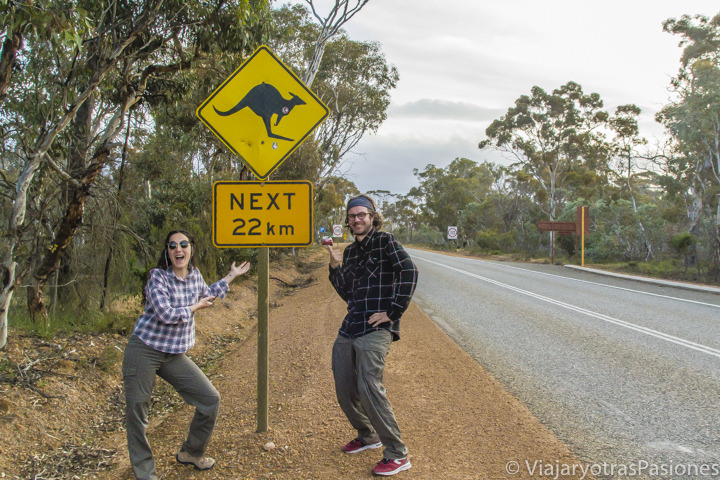 Felices cerca de la famosa señal de los canguros, Australia