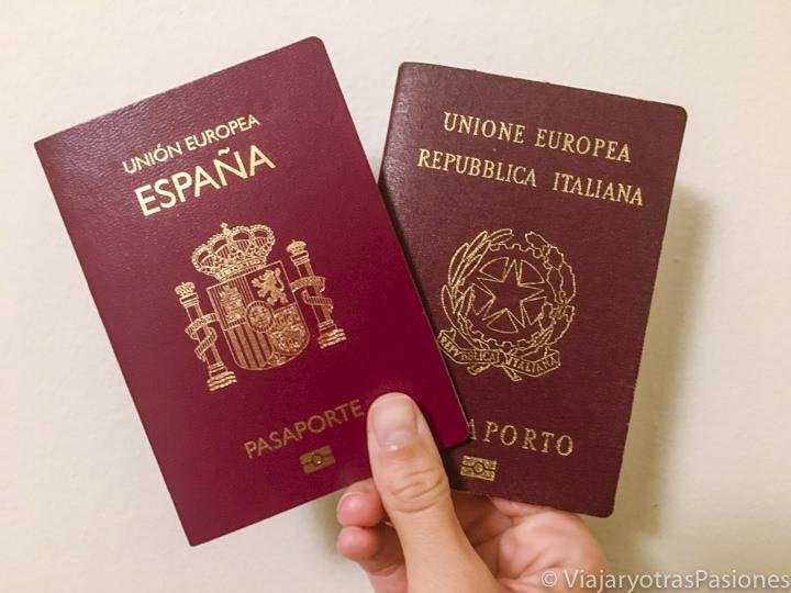 Imagen de un pasaporte español y uno italiano para poder viajar
