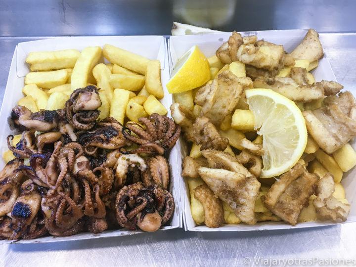 Deliciosa porción de pescado en el Bondi Surf Seafoods en Sydney, Australia