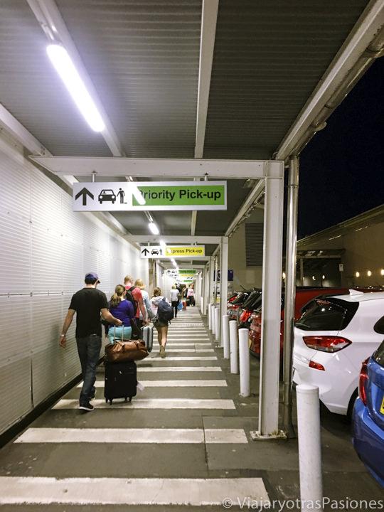 Camino para ir al Priority Pick Up en el aeropuerto de Sydney, Australia