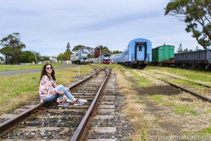 Sentada en la via del tren en Queenscliff cerca de Geelong en Australia