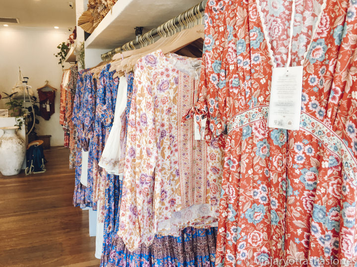 Hermosa selección de ropa en la tienda de Arnhem en Byron Bay, Australia