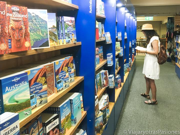 Sección de guías de viajes Lonely Planet en una librería de Sydney, Australia