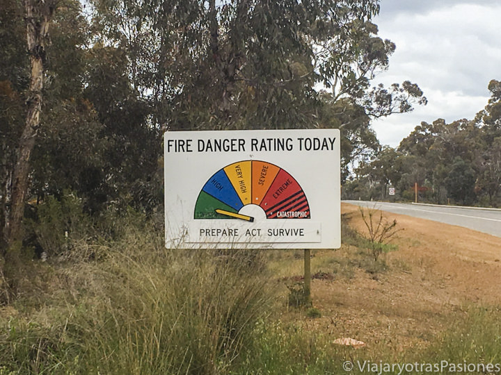 Típico señal de peligro de incendios en la carreteras de Australia