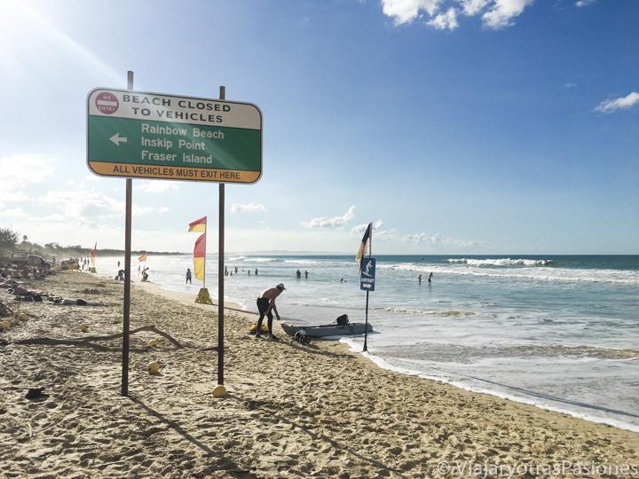 Cartel de trafico en la playa de Rainbow Beach, Australia