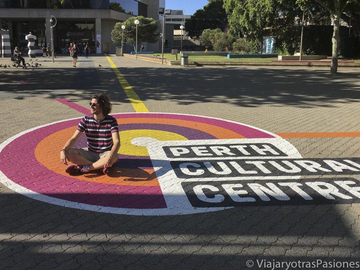 Sentado en el dibujo de el Perth Cultural Centre en Western Australia