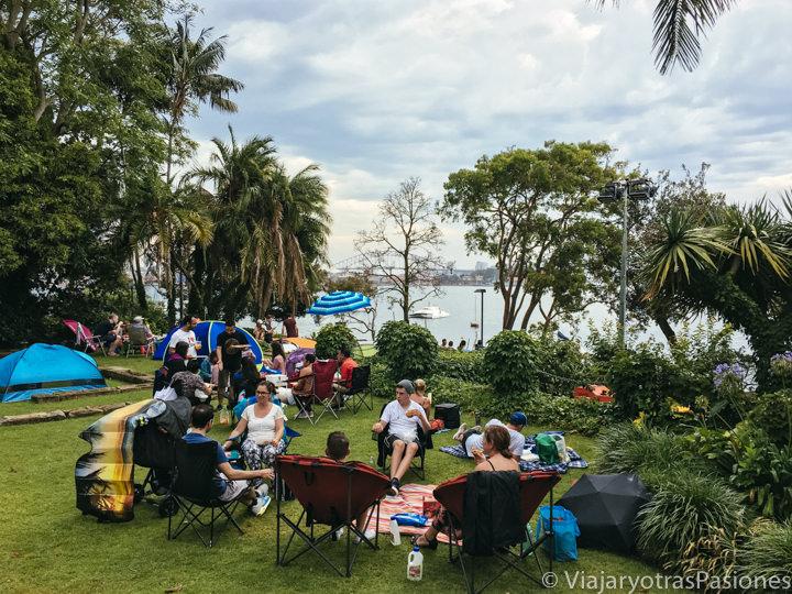 Gente esperando los fuegos artificiales en McKell Park en Sydney, Australia