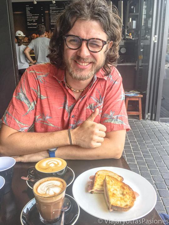 Tomando un delicioso cafe en el cafe Sonoma en Bondi Beach, en Sydney, Australia