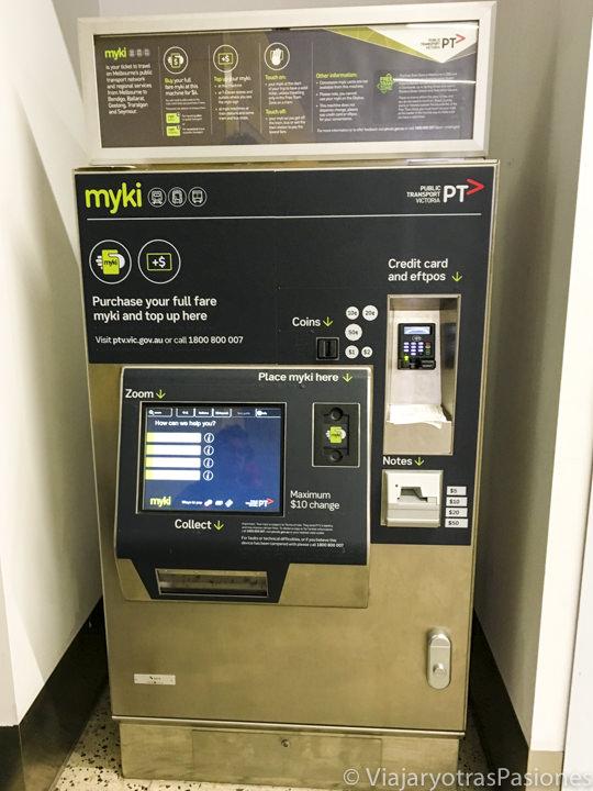 Máquina donde se pueden comprar los billetes para llegar en Melbourne desde el aeropuerto en Australia