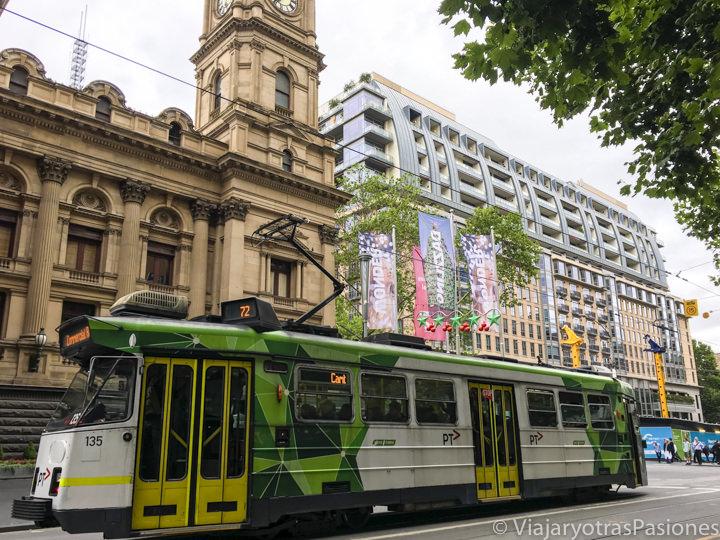 Típico tranvía en el CBD de Melbourne cerca del Town Hall en Australia