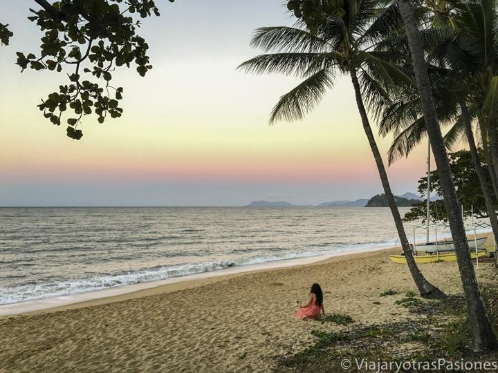 Increíble atardecer en la playa de Trinity, en el norte de Cairns, Australia
