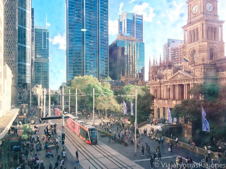 Hermosa vista de Town Hall desde la liìbrería Kinokuniya en Sydney, Australia