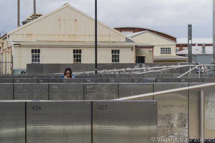 Explorando los Welcome Walls frente al WA Maritime Museum en Fremantle en Western Australia