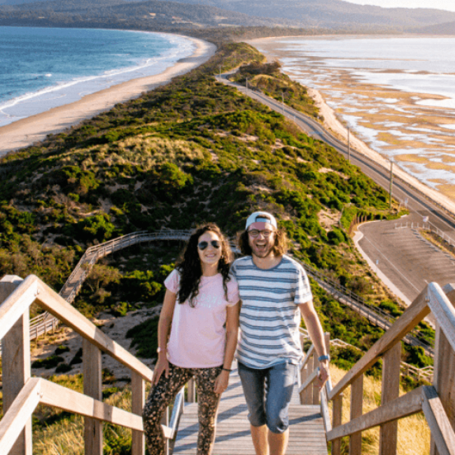 Pareja en el famoso Neck de Bruny island, en Tasmania
